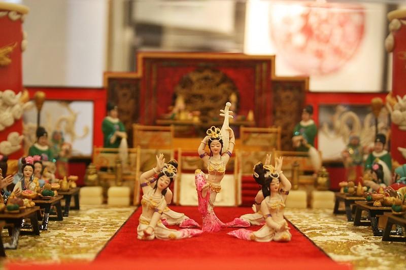 Clay figurine dancers