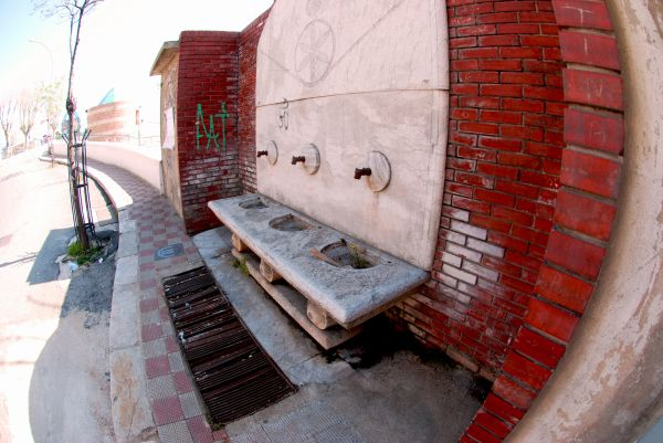 A fountain with no water... economic crisis