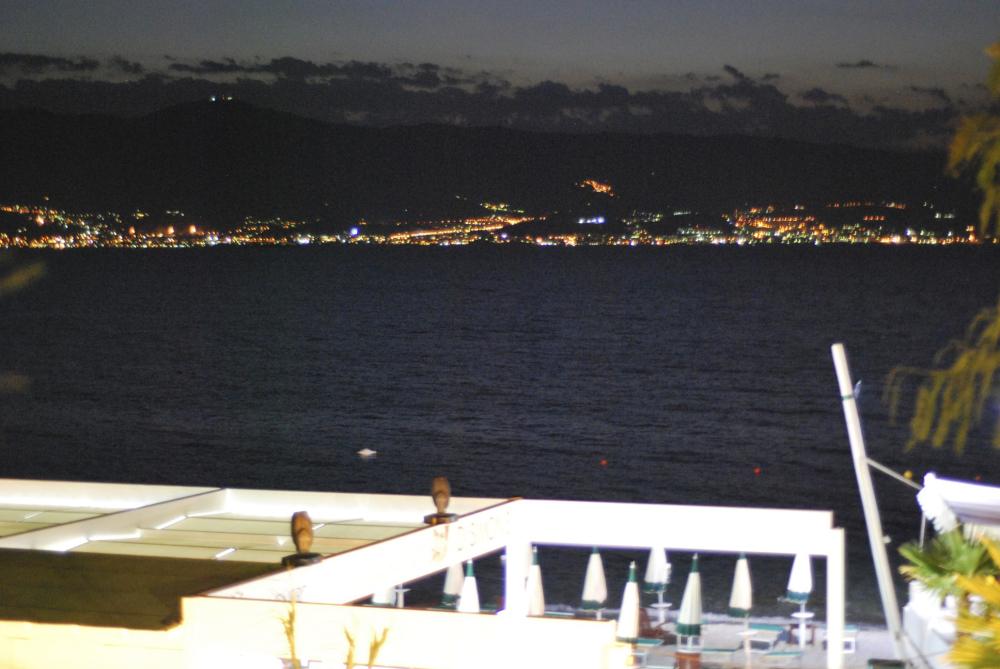 Una vista da Reggio Calabria di notte