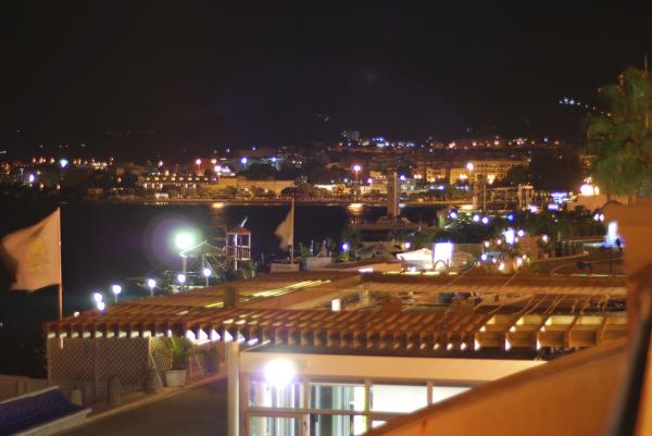 Una vista notturna del lungomare di Reggio Calabri