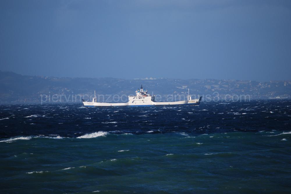 Un traghetto nello Stretto di Messina
