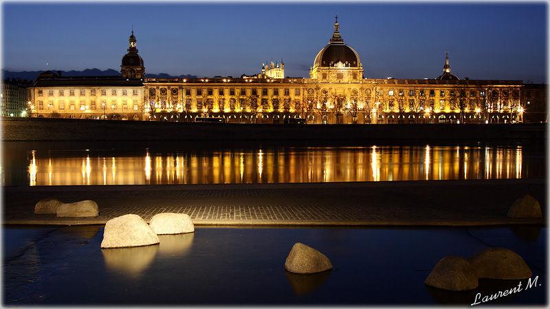 l'Hôtel Dieu vue des quais du Rhône à Lyon