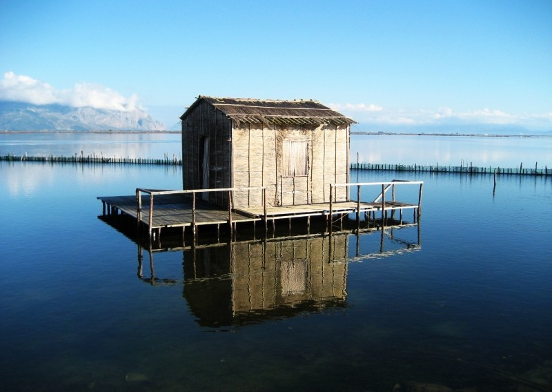 The small house in the lake