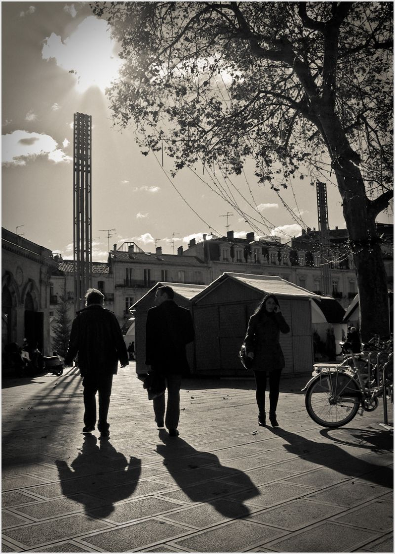 Contre jour with three people in November light.