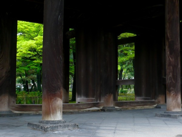 Windows and Gates, 4: Spring at Kennin-ji (建仁寺)
