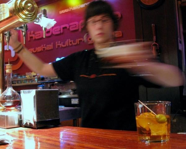 sirviendo una cerveza