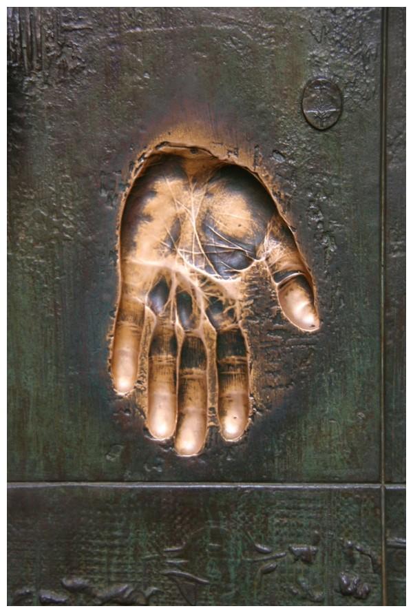 De qui és aquesta mà?