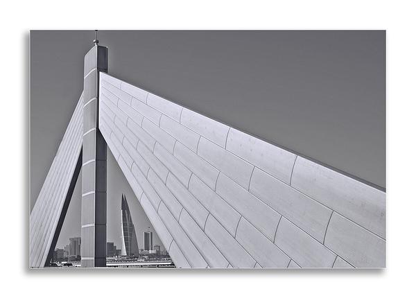 Bridge with City View / Pont avec Vue sur la Ville