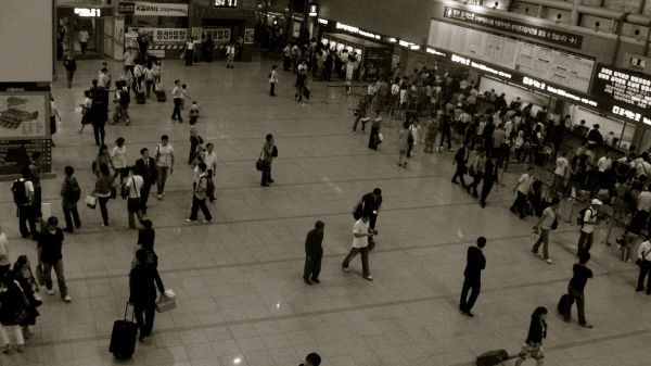 crowd at Seoul Station