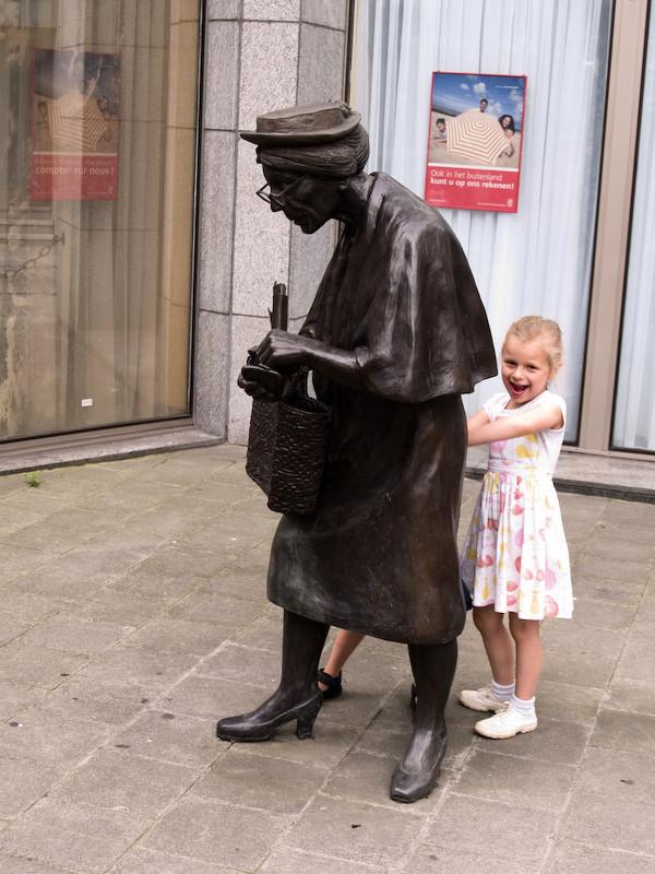 Bruxelles Fillette statue