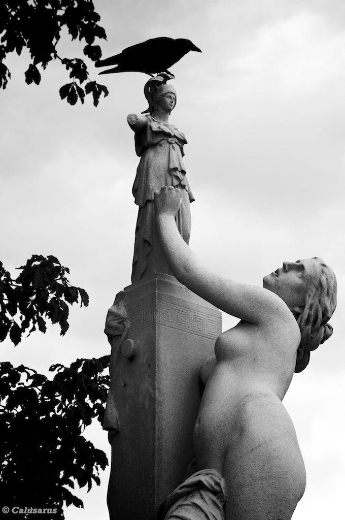 Paris N&B statue