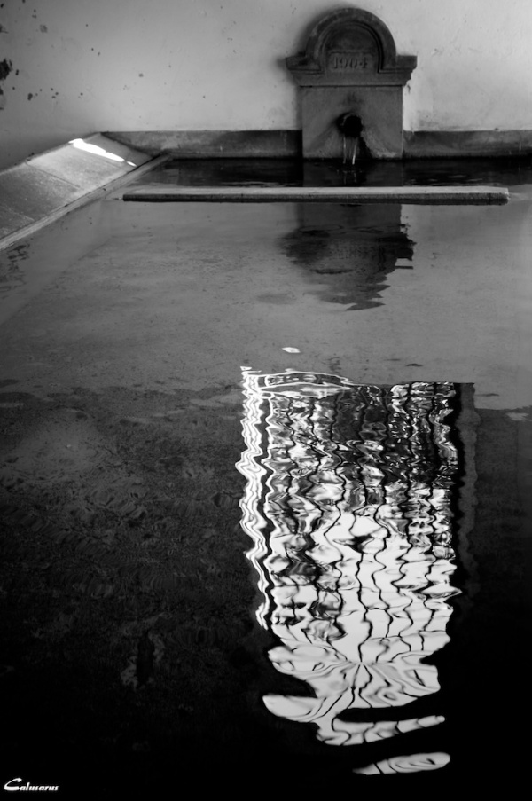 Drome 26 N&B fontaine reflet