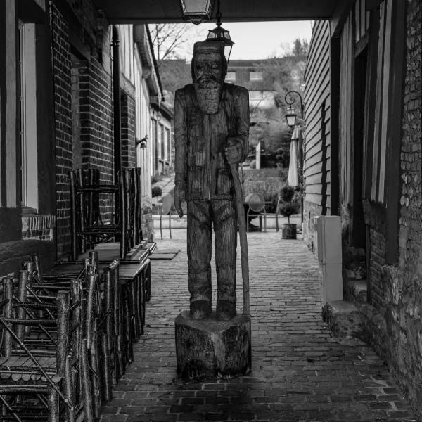 N&B Eure statue