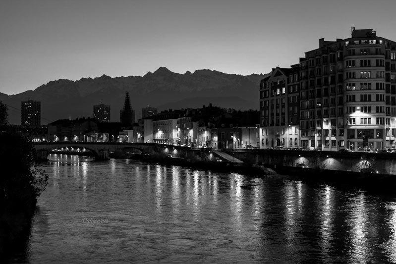 Paysage ville Nuit N&B Riviere
