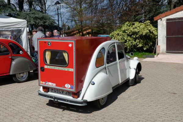 Automobile 2CV hone Sathonay