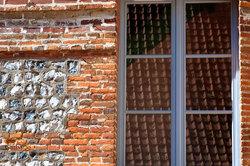 Fenêtre brique normandie reflet