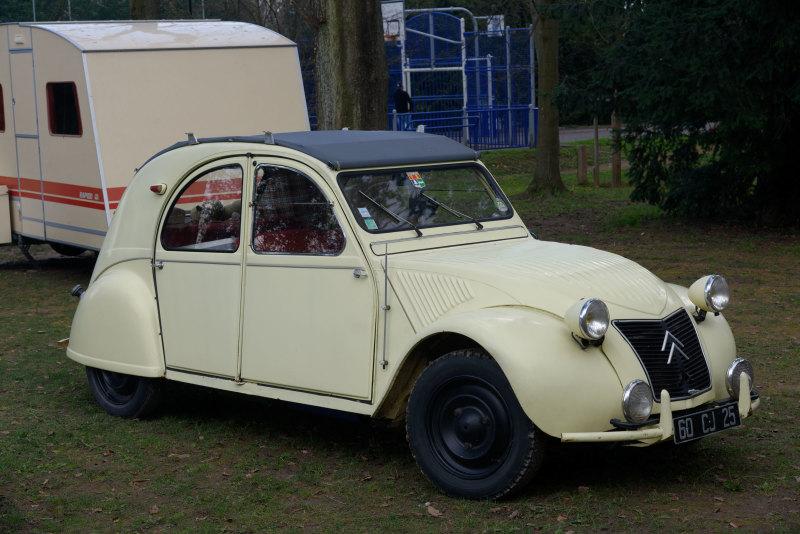 Automobile dimanche Citroen 2CV