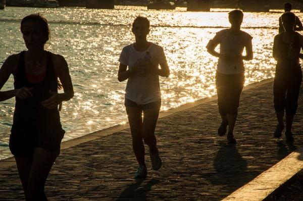 course, femmes, seine,contre-jour