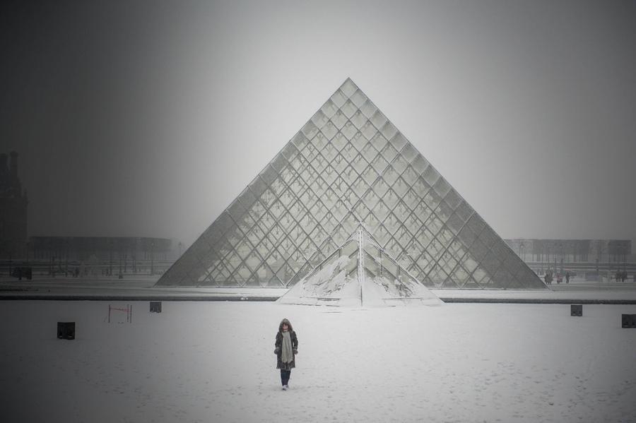 Neige sur la Pyramide du Louvre. Janvier 2013