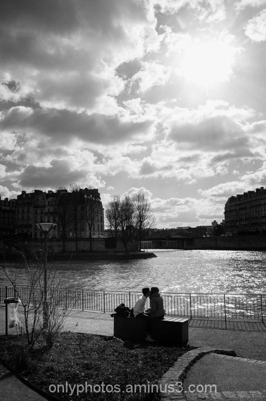 Amoureux en bord de Seine, Paris.