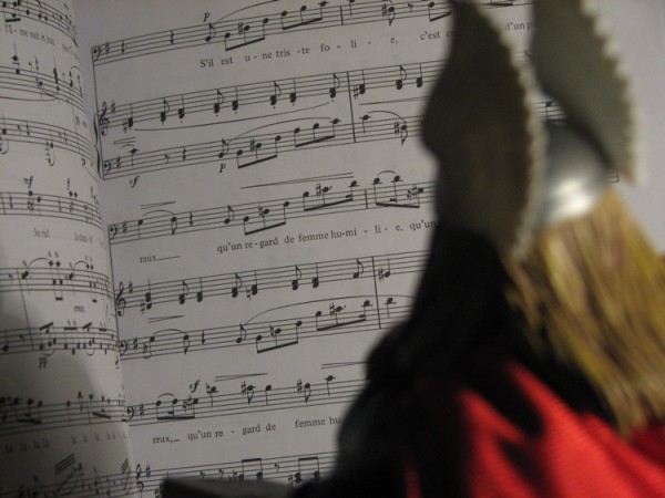 "Thor sings along with ""Quand la Flamme del amour"""