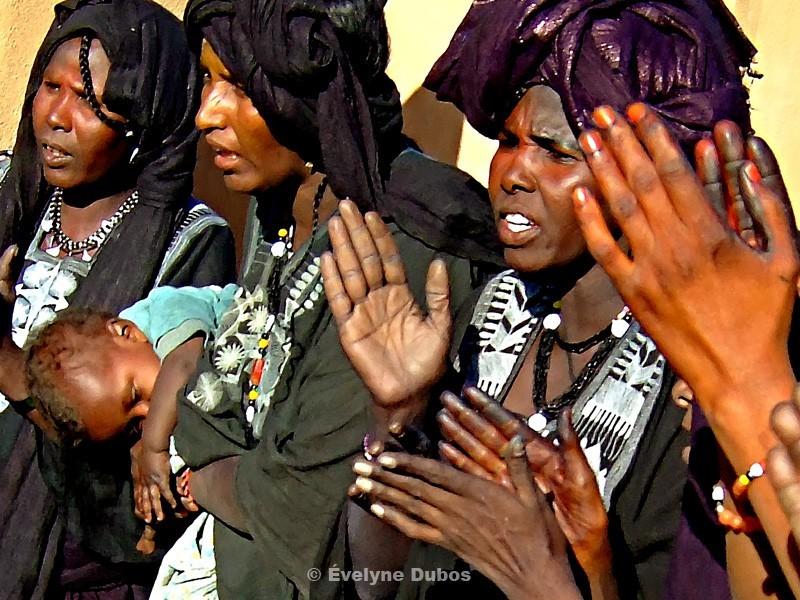 Femmes qui chantent pendant un Tendé.