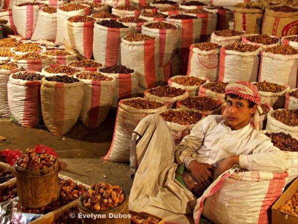 Marchand de datte se reposant en mangeant du Qat