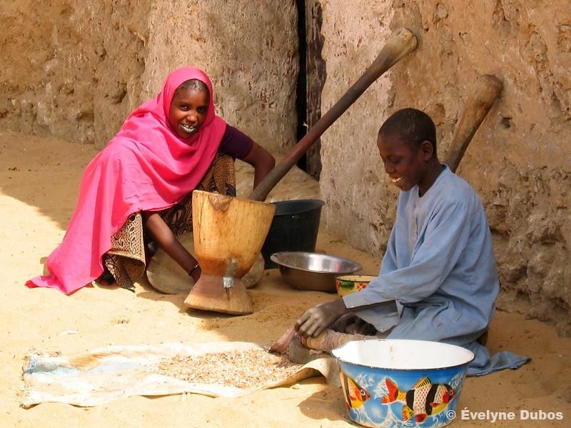 Scène de vie dans un village Touareg