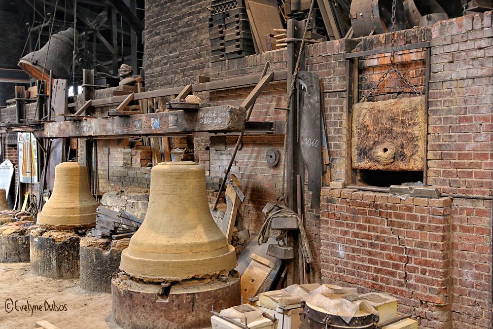 A la fonderie de cloches - 2 -