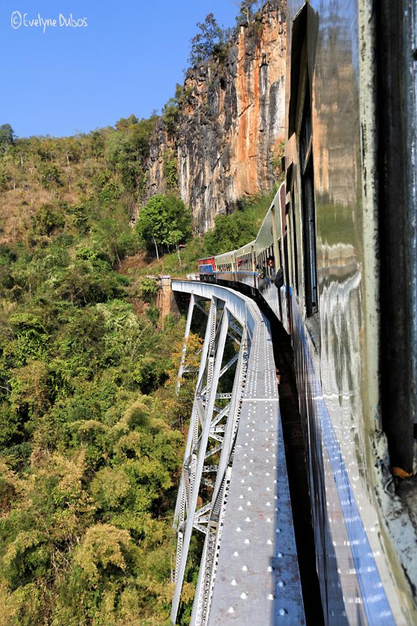 Le voyage en train (3) : un coup d'oeil dehors.