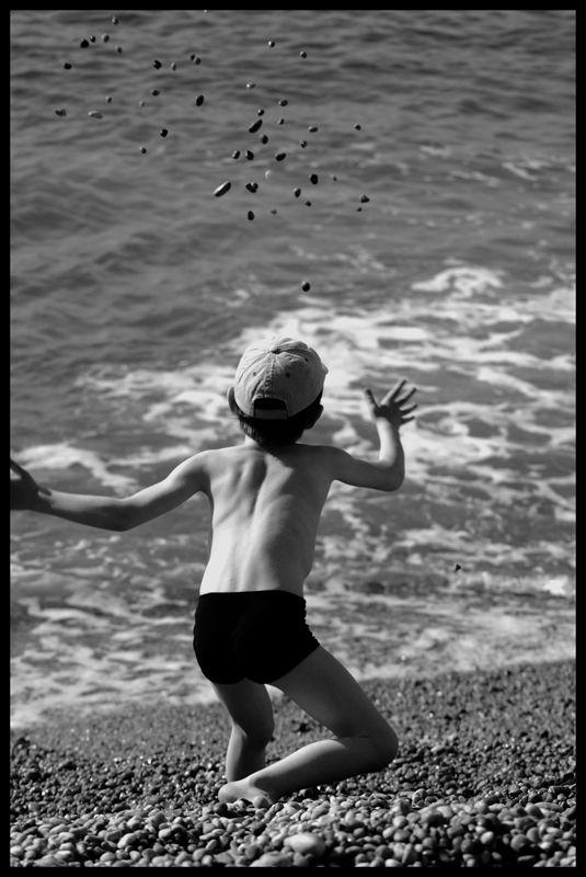 La mer, un enfant, des cailloux...