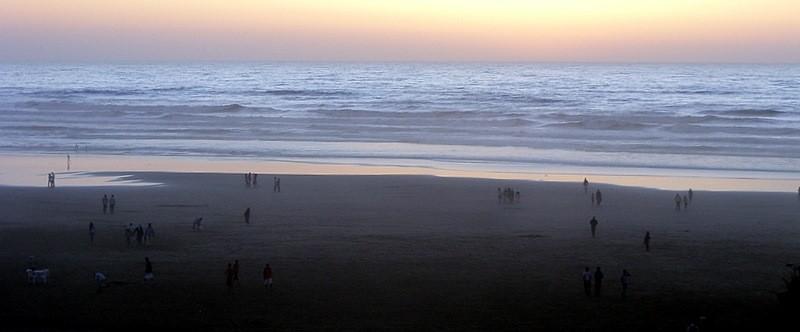 Sur la plage le soir