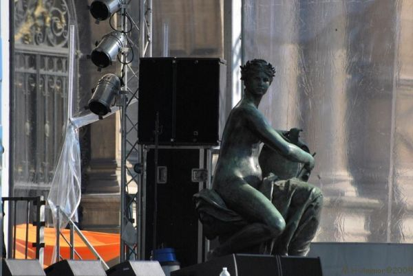 Silly tuesday: Musician statue on stage