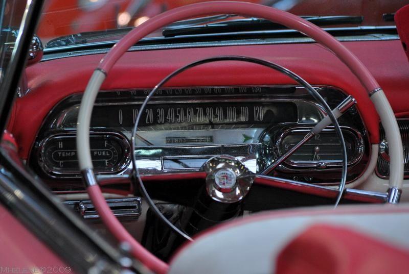 Dans la Cadillac rose