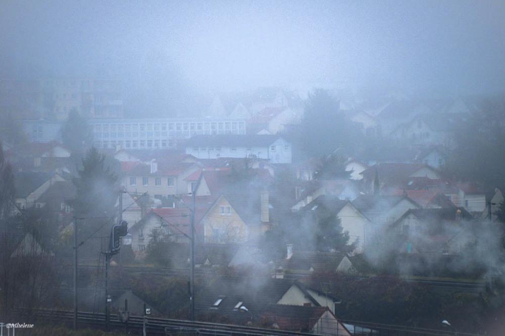 Les fumées dans le brouillard