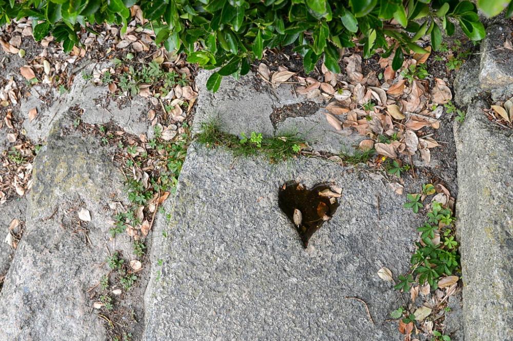 Un p'tit coeur dans la pierre...