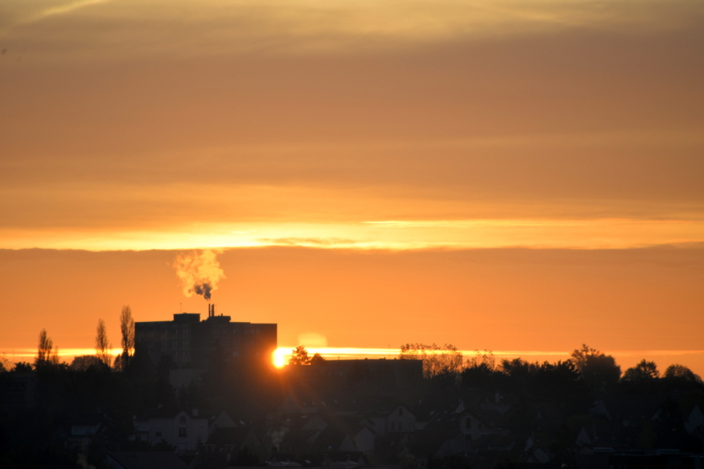 Fumée en feu au lever du soleil