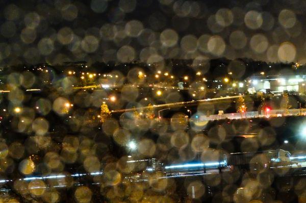 La pluie joue avec les lumières