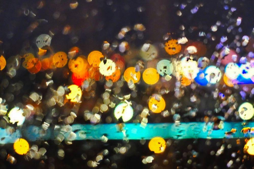 Paysage de lumières sous la pluie