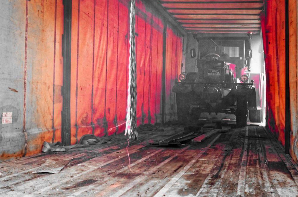 Un tracteur dans la remorque