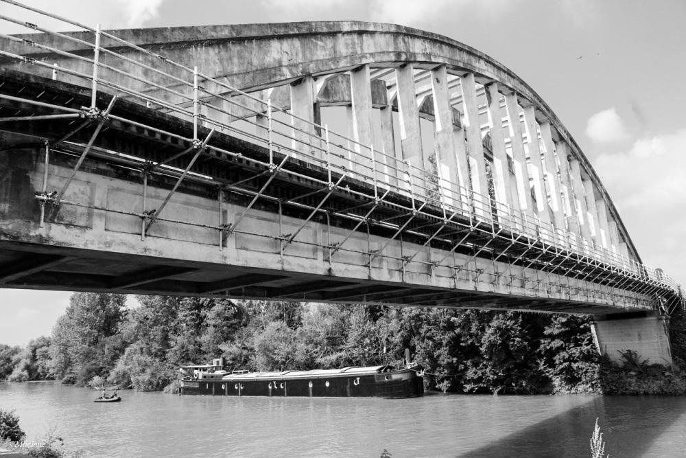 Sous le vieux pont