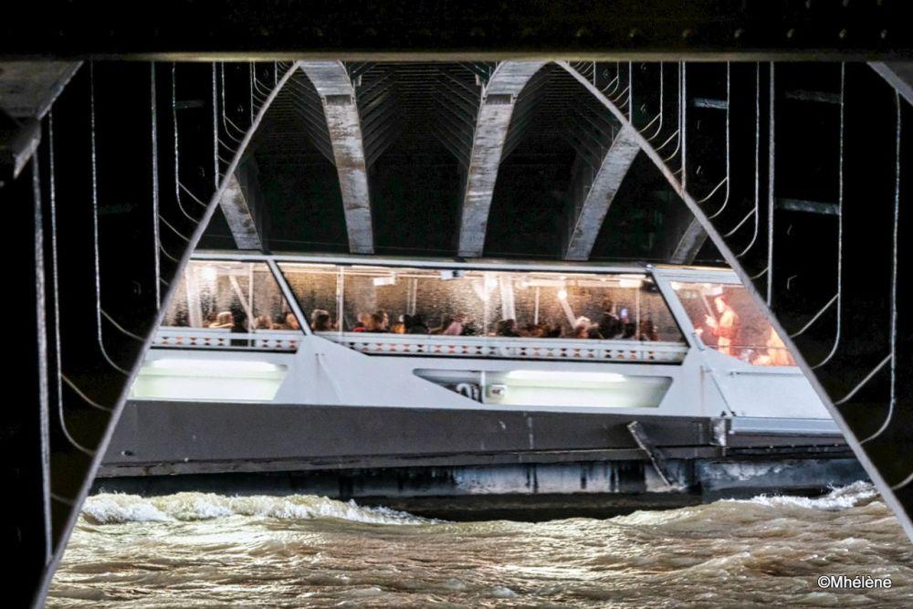 Les Vedettes de Paris sous les ponts et la pluie