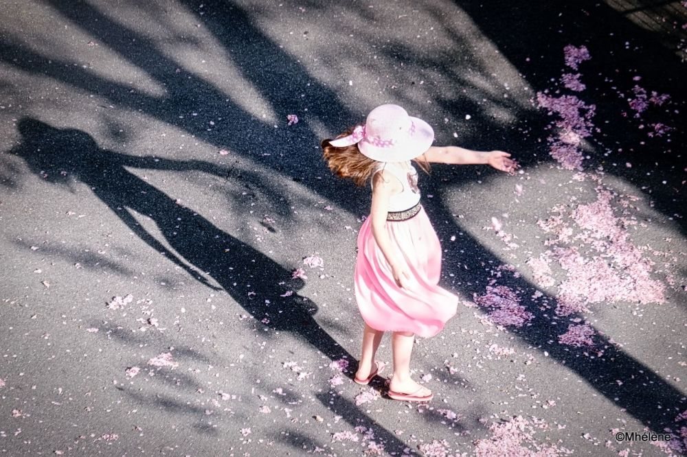 Elle danse avec les pétales dans le vent