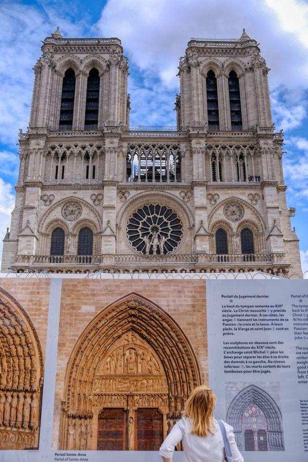 Derrière les pallissades Notre-Dame se reconstruit