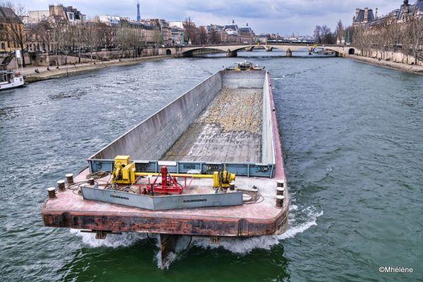 La barge remonte la Seine