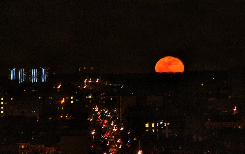 A red harvest moon rises over Brooklyn