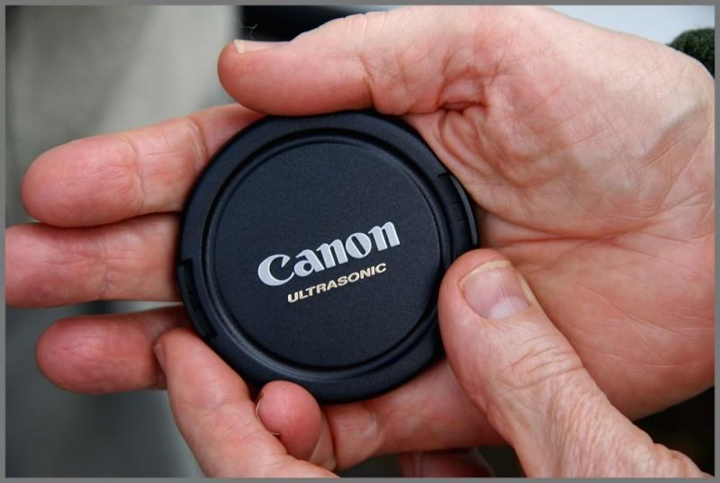 canon lens hood hands