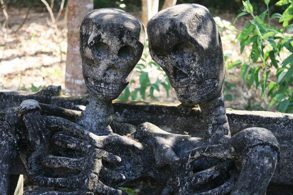 Skeletons in love in Salakaewkoo sculpture park