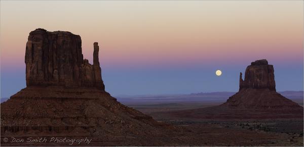 Moonrise Between The Mittens, Monument Valley, Uta