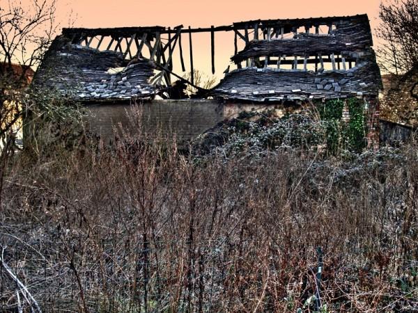 Les ruines d'une maisonnette de campagne